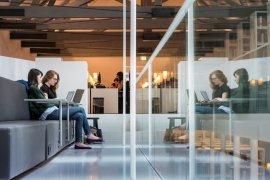 Studenten studeren in de Universiteitsbibliotheek in de binnenstad