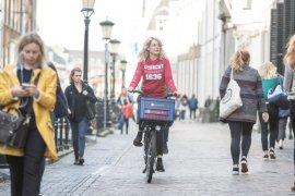 Student op de fiets in de binnenstad van Utrecht