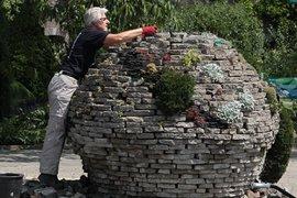 Vrijwilliger aan het werk in de Tuinen