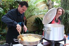 Vrijwilligers en staf zorgen samen voor een heerlijke maaltijd tijdens de kerstviering