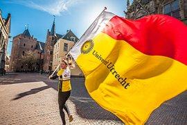 Student met vlag van Universiteit Utrecht