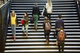 Mensen lopen de trap op en af