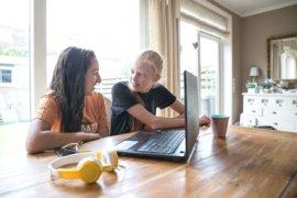 Meisjes werken samen achter de laptop