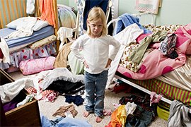 Kind op rommelige kamer