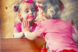 Kind kijkt in spiegel