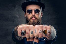 Man met tatoeages