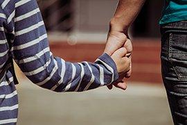 Vader en zoon hand in hand