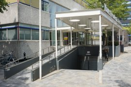 The wheelchair treshold leading to the main entrance of the Freudenthal building