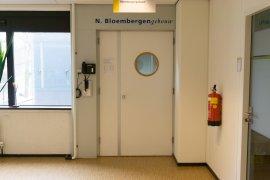 The main entrance of the Nicolaas Nicolaas Bloembergen building in the Sjoerd Groenman building