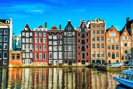 Amsterdamse grachtenpanden © iStockphoto.com/AleksandarGeorgiev