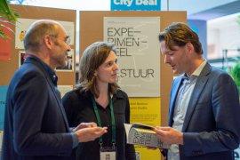 Maarten Hajer and Suzanne Potjer present publication 'Experimental Governance' to Secretary General Maarten Schurink at 'Dag van de Stad 2019'