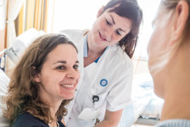 UMCU medewerkers praten met een patiënte