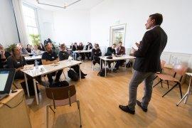 Prof. Mirko Noordegraaf geeft het eerste college van LinC Utrecht (foto: Sebastiaan ter Burg)