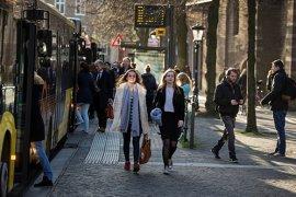 Students at bus stop Janskerkhof (photo: Steven Snoep)