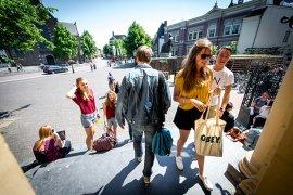 Students entering Janskerkhof university building (photo: Steven Snoep)