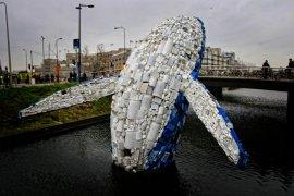 Plastic Walvis duikt op in Utrecht