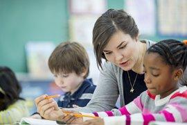 Basisschooldocente met leerlingen