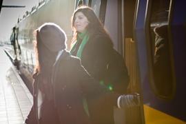 Internationale studenten stappen uit de trein.
