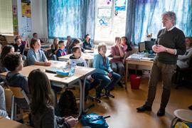 Meet the Professor 30 maart 2016. Hoogleraar Tom ter Bogt bezoekt de Agatha Snellenschool om vragen van kinderen te beantwoorden en te vertellen over zijn vakgebied. Foto van Ivar Pel.