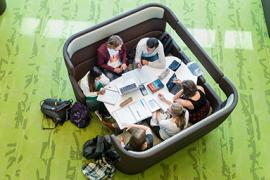 Studenten studeren in het Victor J. Koningsbergergebouw.