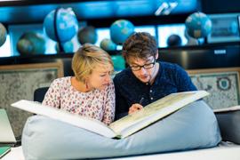 Twee onderzoekers bekijken een historisch manuscript