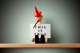 Pinokkiopoppetje met een bordje 'This is true'.