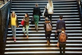 Studenten lopen op de trap van de Universiteitsbibliotheek.