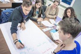 Studenten werken samen in een groepje.