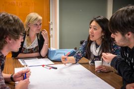 Studenten in het honoursonderwijs werken samen.