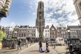 Uitzicht op de Domtoren met winkels vanuit de Zadelstraat.