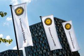 Wapperende vlag van de Universiteit Utrecht