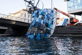 Walvis gemaakt van plastic afval uit zee wordt opgebouwd in de Catharijnesingel te Utrecht