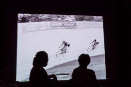 Mensen kijken naar een filmscherm