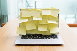 Notebook met sticky notes erop