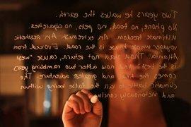 Student schrijft tekst op vensterglas