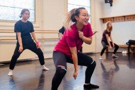 Urban dance clip dans Parnassos cursus