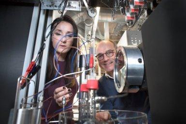 Bert Weckhuysen en een jonge onderzoekster in het lab