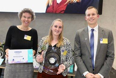 Michelle Schinkel ontvangt de Unilever Research scriptieprijs