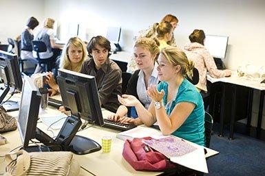 Groepje studenten werkt samen in computerleerzaal