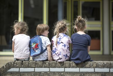 Kinderen op muurtje