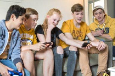 groep tieners op de bank met mobiele telefoons