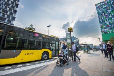 Bushalte met reizigers aan de Heidelberglaan in Utrecht Science Park (USP)/De Uithof.