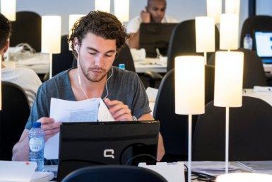 Student in de Universiteitsbibliotheek