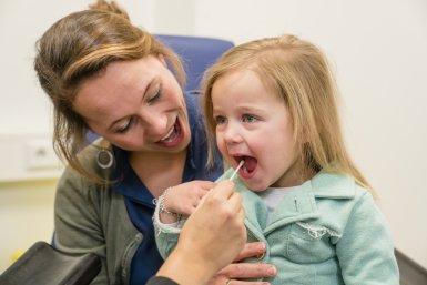 Wangslijmvlies afnemen in het KinderKennisCentrum