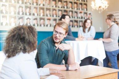 Medewerkers in gesprek in Academiegebouw