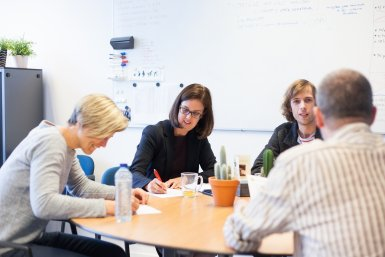 Medewerkers universiteit in gesprek