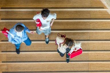 Studenten lopen samen een trap af