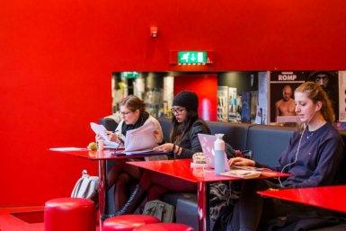 Studenten werken op studieplek