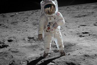 ): Apollo 11-astronaut Edwin Aldrin met Neil Armstrong in de weerspiegeling. Bron: NASA.