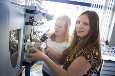 Celia Berkers (rechtsvoor) in haar lab